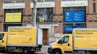 Selon la CGT et Sud-PTT, la grande majorité des colis de La Poste sont livrés par des sous-traitants en région parisienne. (Photo d'illustration) (MAXPPP)