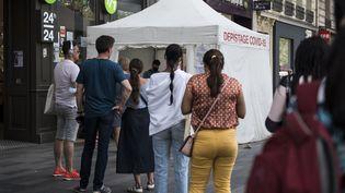 Une tente de dépistage du Covid-19, le 5 septembre 2021 à Paris. (MAGALI COHEN / HANS LUCAS / AFP)