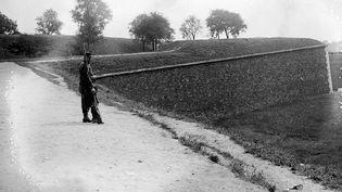 Sentinelle devant le tunnel de Bercy, 1914  (Collection Excelsior / AFP)