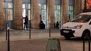 Des policiers en position à l'entrée de la gare du Nord à Paris, le 8 mai 2017. (REUTERS)