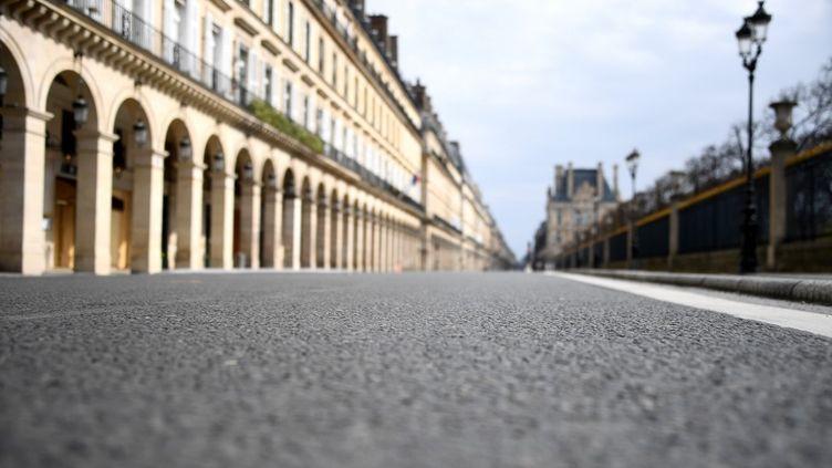 La rue de Rivoli, à Paris, d'ordinaire très fréquentée, déserte pendant le confinement, le 22 mars 2020. (FRANCK FIFE / AFP)