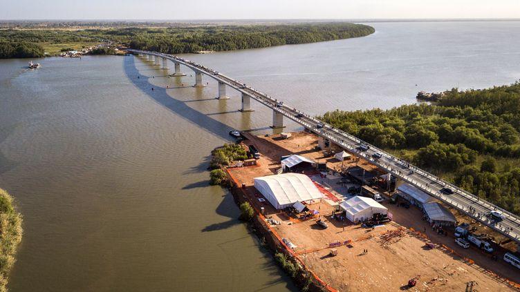 """Le """"pontTransgambien"""" au-dessus du fleuve Gambie, à la frontière entre le Sénégal et la Gambie, inauguré par les présidents des deux pays le 21 janvier 2019. (EMILIE IOB / AFP)"""