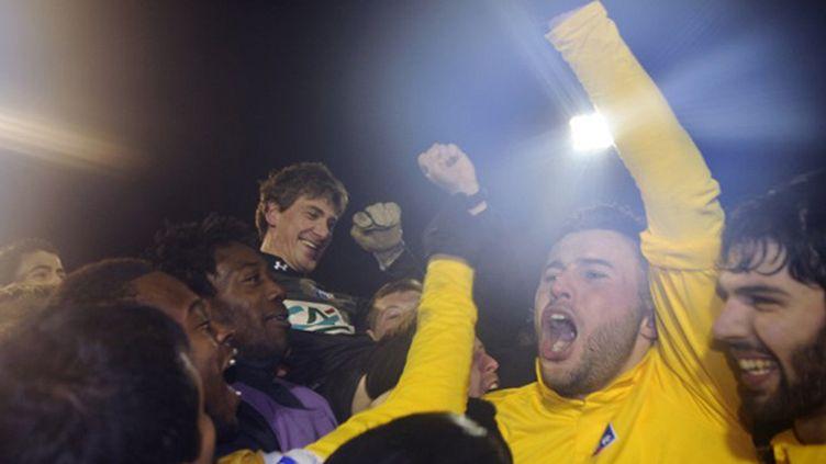 Robin, le gardien de but d'Epinal, porté en triomphe par ses coéquipiers après la séance de tirs au but remportée face à Nantes