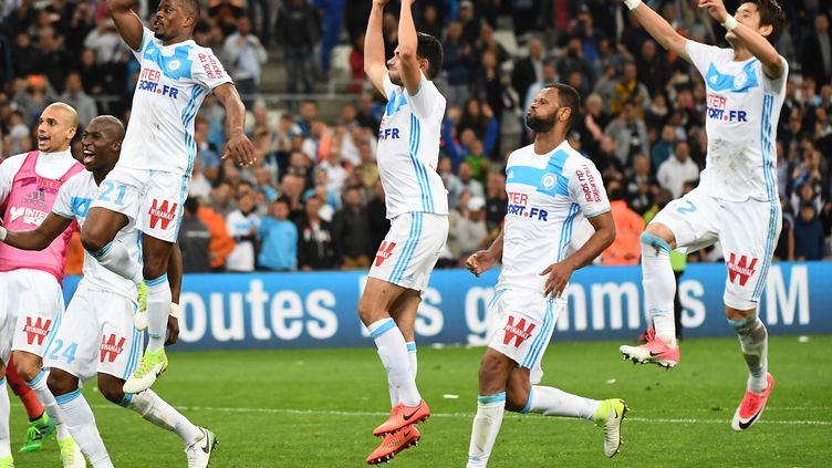 Les Olympiens, tout à leur joie après le succès devant Nice (BORIS HORVAT / AFP)
