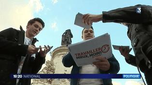 Des jeunes militantssocialistes distribuent des tracts contre la réforme du Code du travail, le 25 février 2016 à Paris. (FRANCE 3)