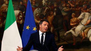 Le chef du gouvernement italien Matteo Renzi annonce sa démission, dans la nuit du 4 au 5septembre 2016, à Rome. (ALESSANDRO BIANCHI / REUTERS)