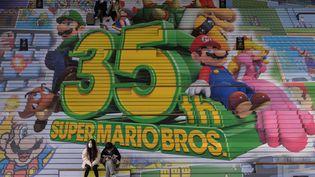 Une publicité Super Mario Bros sur les marches d'un escalier à Séoul en Corée, le sept décembre 2020 (ED JONES / AFP)