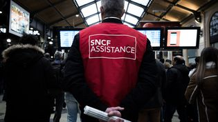 Un salarié de la SNCF chargé de l'assistance aux voyageurs durant la période de grève. (PHILIPPE LOPEZ / AFP)