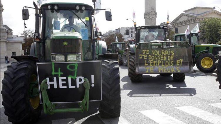 (Les tracteurs dans Paris aux abords de la place de la Nation © REUTERS/Jacky Naegelen)