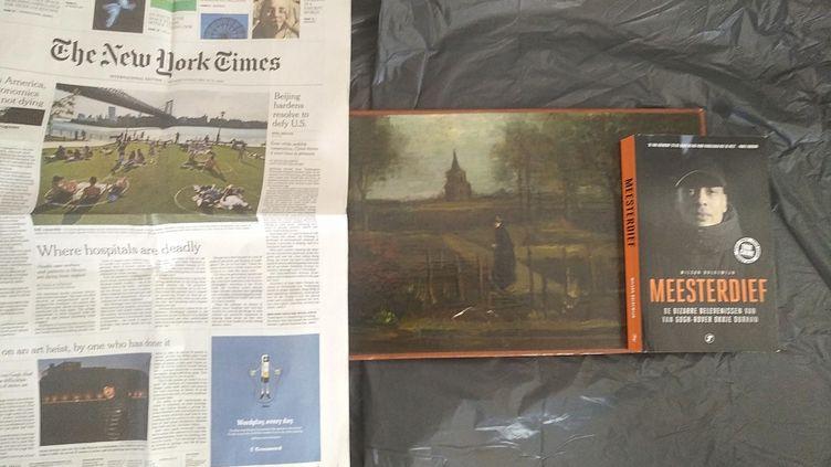 """Photo du tableau volé de Van Gogh """"Le Jardin du presbytère de Nuenen au printemps"""" à côté dela Une du quotidien New York Times du 30 mai pour prouver la date à laquelle elle a été prise. (AFP PHOTO / COURTESY OF ARTHUR BRAND)"""