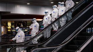 Du personnel médical en tenue de protection, le 18 mars 2020,à l'aéroport Cheremetievo de Moscou (Russie). (DIMITAR DILKOFF / AFP)
