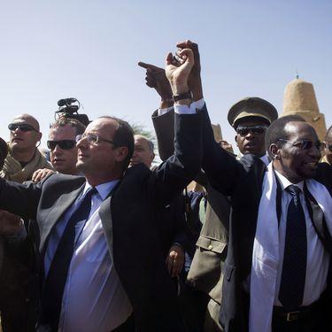 François Hollande etDioncounda Traoré, lors de la visite du chef de l'Etat à Bamako (Mali), le 2 février 2013. (FRED DUFOUR / AFP)