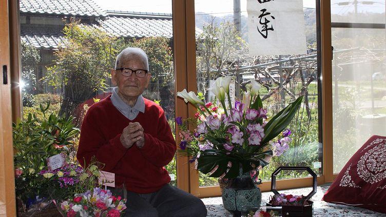 Jiroemon Kimura pose lors de son 114e anniversaire, le 19 avril 2011, àKyotango (Japon). Le doyen de l'humanité a désormais 116 ans. (HO NEW / REUTERS)