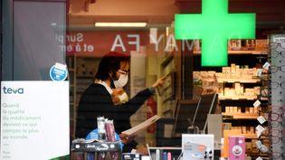 Les pharmacies sont désormais autorisées à vendre des masques. (FRANCK FIFE / AFP)