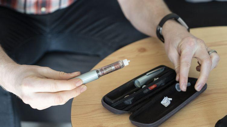 Un homme diabétique s'apprête à mesurer son insuline. Illustration. (NIKLAS HALLE'N / AFP)