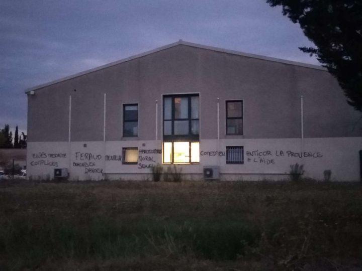 Des tags sur un bâtimentmunicipal,le 28 août 2019, à Trets (Bouches-du-Rhône). (DR)