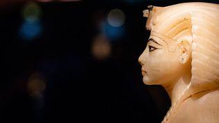 Couvercle de vase canope en calcite avec la tête du pharaon, exposition Toutankhamon à la Grande Halle de la Villette à Paris (21 mars 2019)  (Aurelien Morissard / IP3 Press / MaxPPP)