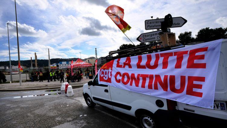 Mobilisation devant le dépôt de la raffinerie La Mède (Bouches-du-Rhône), le 22 novembre 2018. (BORIS HORVAT / AFP)