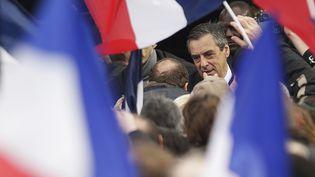 François Fillon salue ses supporters réunis place du Trocadéro à Paris, dimanche 5 mars 2017. (GEOFFROY VAN DER HASSELT / AFP)