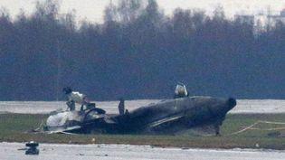 La carcasse de l'avion Falcon qui transportait le pdg de Total, Christophe de Margerie sur l'aéroport international de Vnoukovo à Moscou (Russie), le 21 octore 2014. ( MAXIM ZMEYEV / REUTERS )