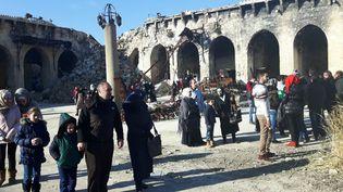 Des habitants d'Alep viennent nombreux à la mosquée des Omeyyades, constater les dégâts causés par cinq ans de guerre (RADIO FRANCE / Alice Serrano)