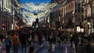 Des Britanniques profitent du dernier jour avant le reconfinement de Londres dans la rue commerçante de Regent Street, le 19 décembre 2020. (WIKTOR SZYMANOWICZ / NURPHOTO / AFP)