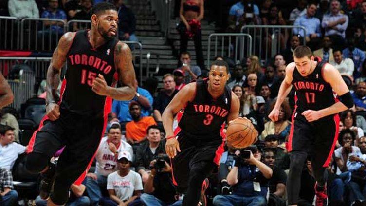Kyle Lowry (au centre), Amir Johnson (à gauche) et Jonas Valanciunas (à droite) mènent la charge des Raptors