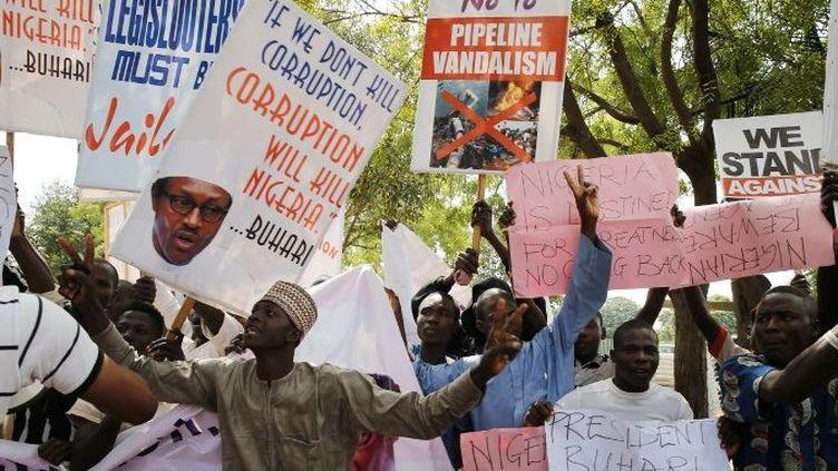 Des partisans du président nigérian, Muhammadu Buhari, lors d'un rassemblement de soutien à la lutte contre la corruption à Abuja, la capitale du Nigeria, le 11 août 2017. ( next24online/NurPhoto/AFP)