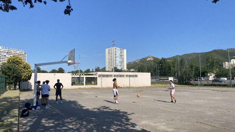 Dans le quartier de la Pomme à Marseille,malgré l'interdiction, les jeunes jouent au foot ou au basket, souvent en petits groupes, le 27 mai 2020. (FANNY LECHEVESTRIER / RADIO FRANCE)