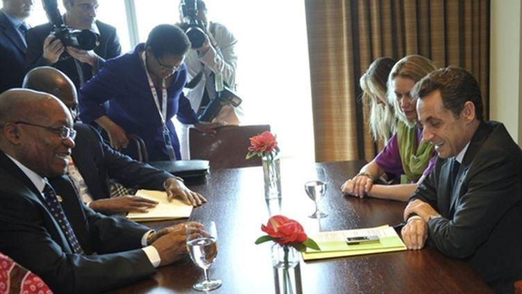 Nicolas Sarkozy avec son homologue sud-africain, Jacob Zuma, lors d'une rencontre à Trinidad-et-Tobago le 27-11-2009 (AFP - GERARD CERLES)