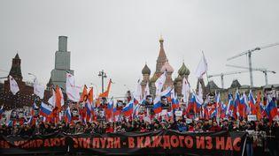 Des manifestants marchent en mémoire de Boris Nemtsov, le 28 février 2015, à Moscou (Russie). (VLADIMIR ASTAPKOVICH / RIA NOVOSTI / AFP)