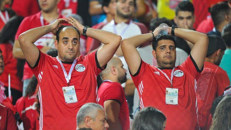 Des supporters égyptiens dépités lors du match des huitièmes de finale opposant les Pharaons (Egypte) aux Bafana Bafana (Afrique du Sud) lors de la Coupe d'Afrique des nations (CAN), le 6 juillet 2019 au Caire, en Egypte. (MOHSEN NABIL / NURPHOTO)