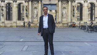 Le nouveau maire EELV de Bordeaux, Pierre Hurmic, devant l'Hôtel de Ville de la commune, le 29 juin 2020. (NICOLAS TUCAT / AFP)