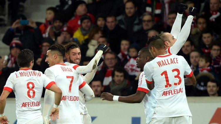 Dimitar Berbatov, félicité par ses coéquipiers monégasques, a marqué le but de la victoire à Lille (0-1). (DENIS CHARLET / AFP)