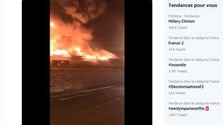 Un incendie s'est déclaré dans un dépôt de meubles proche du cimetière Saint-Pierre, dans la nuit du 6 au 7 octobre 2020,à Marseille. (TWITTER / FRANCEINFO)