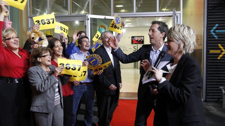 Sophie Davant et Gad Elmaleh lancent la 25e édition du Téléthon vendredi 2 décembre 2011. (FRANCOIS GUILLOT / AFP)