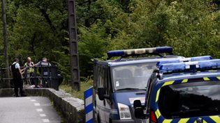 Des gendarmeseffectuentdes recherches pour retrouver Maëlys, le 6 septembre 2017, à Saint-Béron (Isère). (JEFF PACHOUD / AFP)