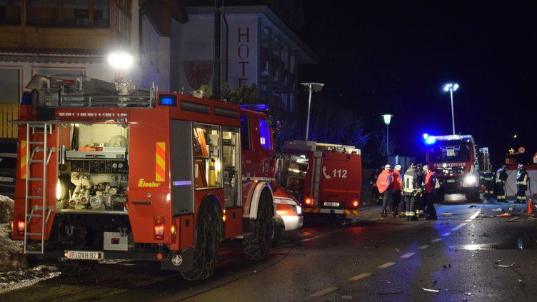 Les services d'urgence des pompiers volontaires de Luttach en Italie sécurisent le site de l'accident qui a causé la mort de six jeunes allemands, dimanche 5 janvier. (FREIWILLIGE FEUERWEHR LUTTACH / AFP)
