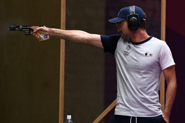Le tireur français, Clément Bessaguet, lors du concours olympique des qualifications du tir au pistolet à 25 m, lundi 2 août. (TAUSEEF MUSTAFA / AFP)