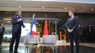Cédric Villani et Emmanuel Macron à Pékin (Chine), le 9 janvier 2018. (LUDOVIC MARIN / AFP)