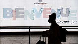 Un passager quitte un terminal après avoir atterri à l'aéroportde Paris-Charles-de-Gaulle (Roissy), le 26 janvier 2020. (ALAIN JOCARD / AFP)
