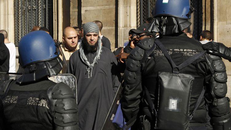Manifestation à la Place de la Concorde à Paris d'une centaines de salafistes et de jeunes musulmans de France contre le film qui fustige le prophète Mohamed, le 15 septembre 2012. (BENOIT TESSIER / REUTERS)