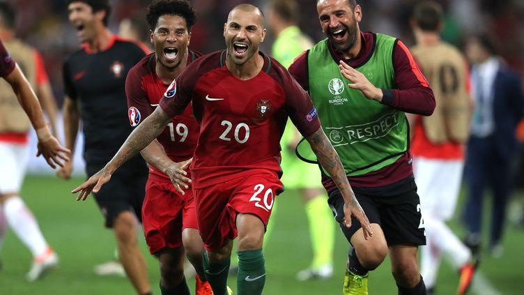 Le Portugal de Ricardo Quaresma célèbre sa victoire, le 30 juin 2016, à l'issue du quart de finale de l'Euro face à la Pologne, au stade Vélodrome de Marseille. (VALERY HACHE / AFP)