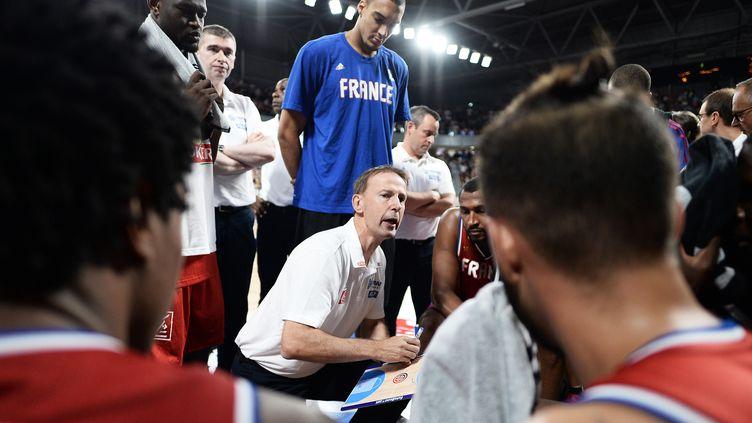 Le sélectionneur de l'équipe de France, Vincent Collet, donne ses consignes aux joueurs lors d'un match amical contre l'Ukraine à Nantes (Loire-Atlantique). (JEAN-SEBASTIEN EVRARD / AFP)