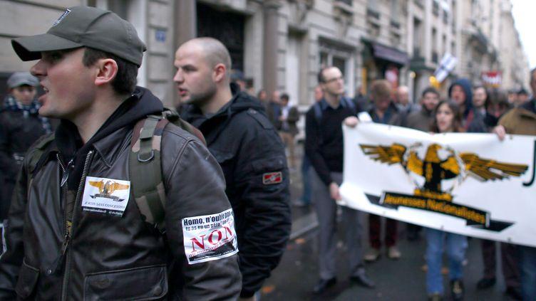 Les membres des Jeunesses nationalistes révolutionnaires, un groupe d'extrême droite, lors d'une manifestation contre le mariage pour tous, le 18 novembre 2012. (KENZO TRIBOUILLARD / AFP)