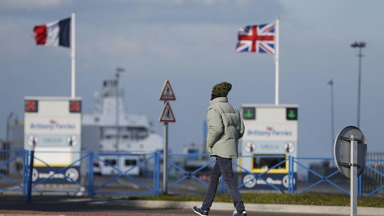Un homme marche dans le port deOuistreham,près de Caen (Calvados), le 26 février 2018. (CHARLY TRIBALLEAU / AFP)