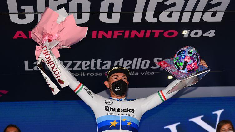 L'Italien Giacomo Nizzolo de l'équipeQhubeka - Assos sur le podium après avoir remporté la 13e étape du Giro, vendredi 21 mai 2021. (DARIO BELINGHERI / AFP)