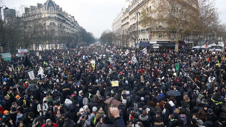 Des manifestatants marchent à Paris contre la réforme des retraites, à Paris le 10 décembre 2019. (ZAKARIA ABDELKAFI / AFP)