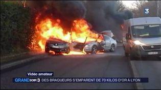 Des voitures en feu après un braquqge spectaculaire près de Lyon (FRANCE 3)