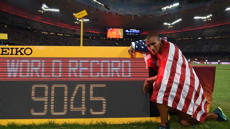 Ashton Eaton pose avec la marque incoryable qu'il a établi sur le décathlon (FRANCK FIFE / AFP)